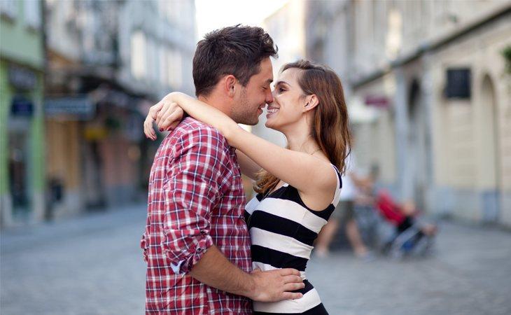 Darse un beso a plena luz del día en público implica una sanción económica en lugares como Dubái