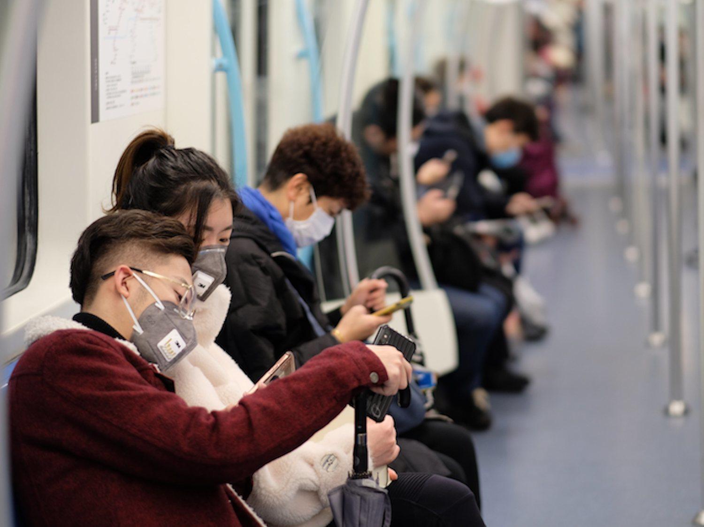 El uso de mascarillas y los riesgos del coronavirus: ¿es seguro abrir los paquetes de AliExpress?