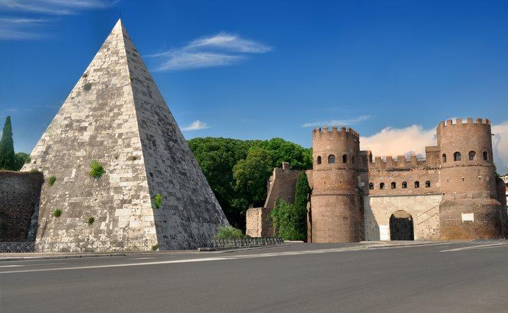 La Pirámide junto a la Porta San Paolo, en Roma