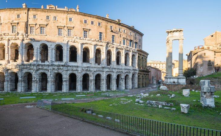El Teatro Marcelo y los restos del templo de Apolo Sosiano con el ghetto judío al fondo, en Roma
