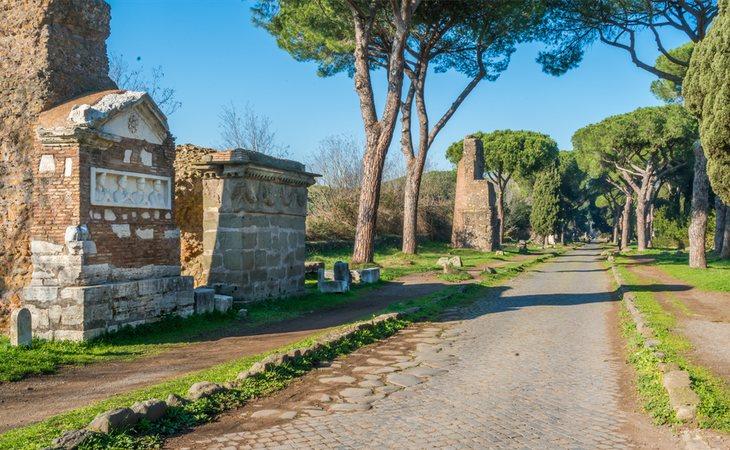 Parte del enorme recorrido de la antigua calzada (Via Appia Antica) de Roma