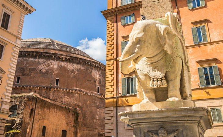La escultura de Bernini de la Piazza della Minerva con el Panteón de fondo, en Roma