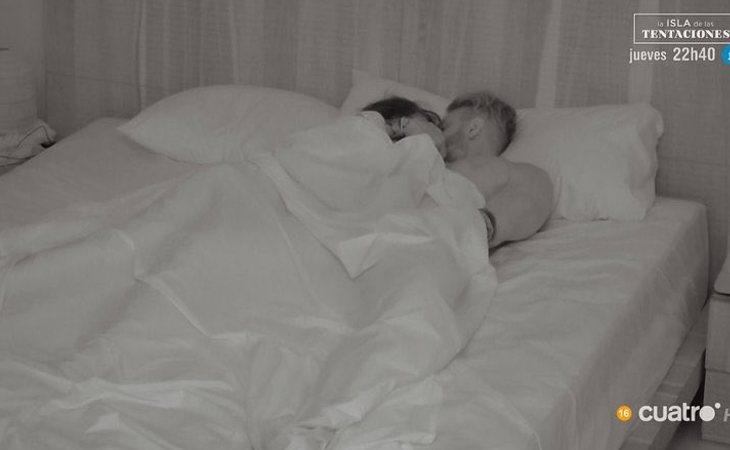 Andrea y Óscar bajo las sábanas en 'La isla de las tentaciones'