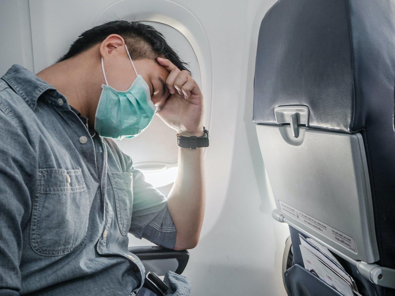 Siembra el pánico en pleno vuelo fingiendo tener el coronavirus para hacerse famoso