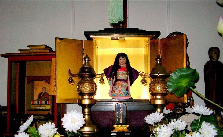 Okiku en el templo de Manneji