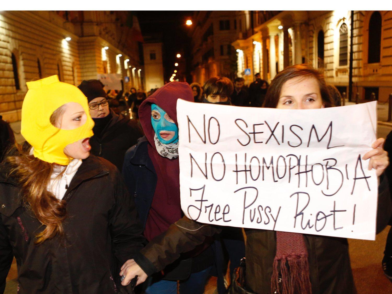 """La policía rusa impide a las Pussy Riot grabar un vídeo por """"promover la homosexualidad"""""""