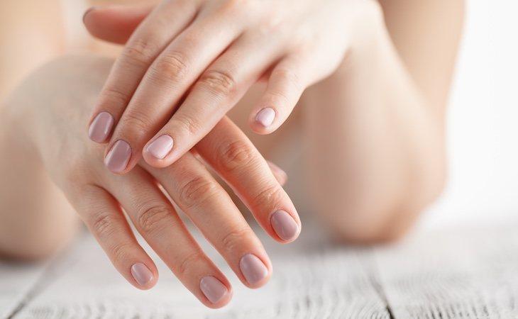 Las uñas y los dedos pueden contagiar el virus