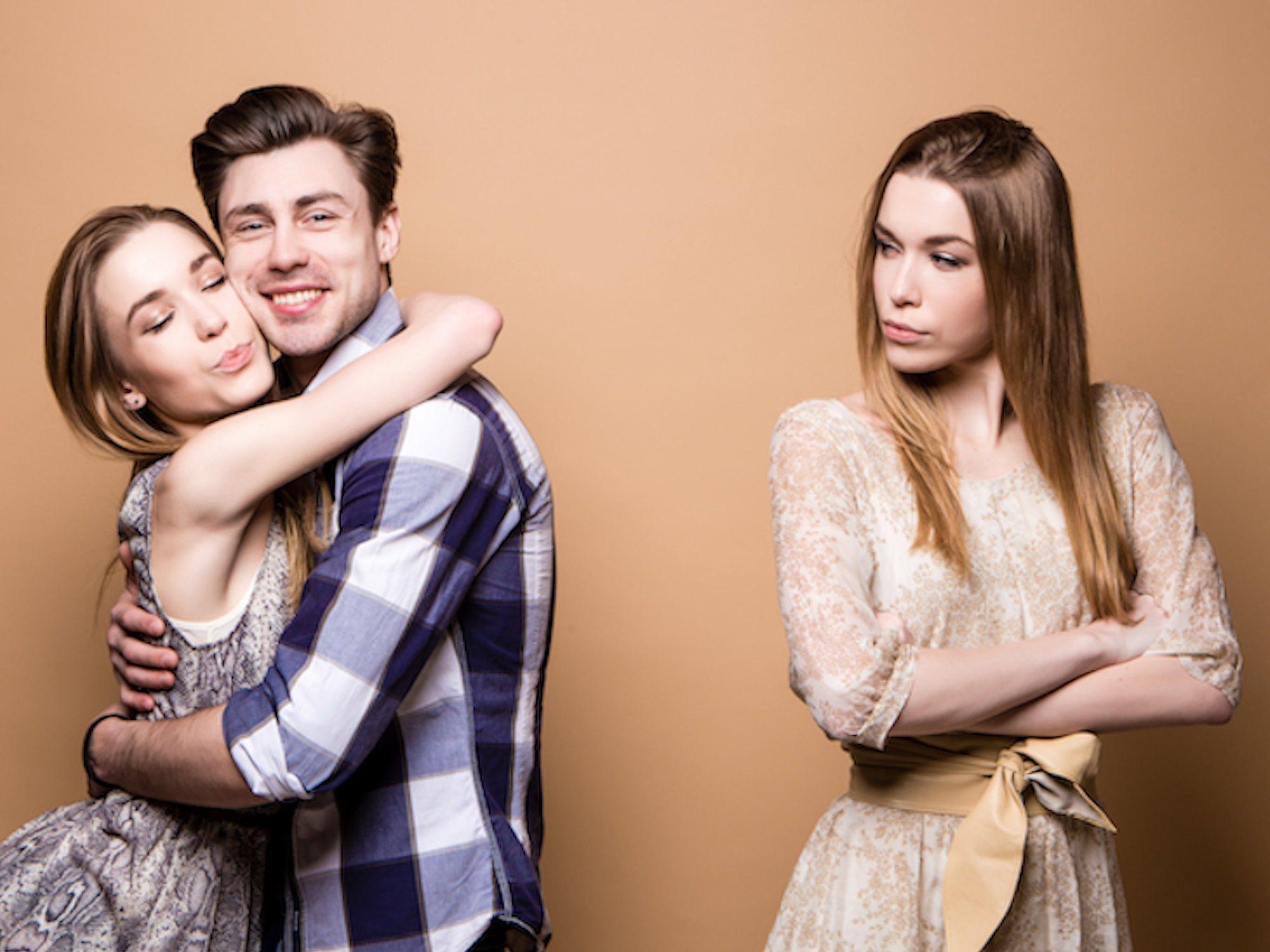 Estar soltero sale caro: las personas sin pareja pagan 7.500 euros más de media al año