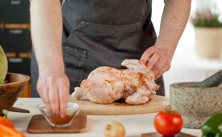 Es preferible retirar los restos del pollo con papel de cocina