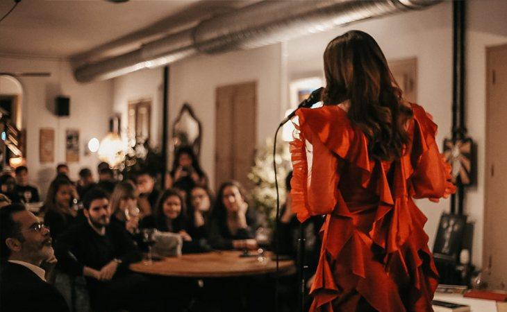 Lauren Izquierdo ante el público asistente a la presentación de 'Silencio' en NANAI (Calle del Barco 26, Madrid) Créditos: Mamen BG