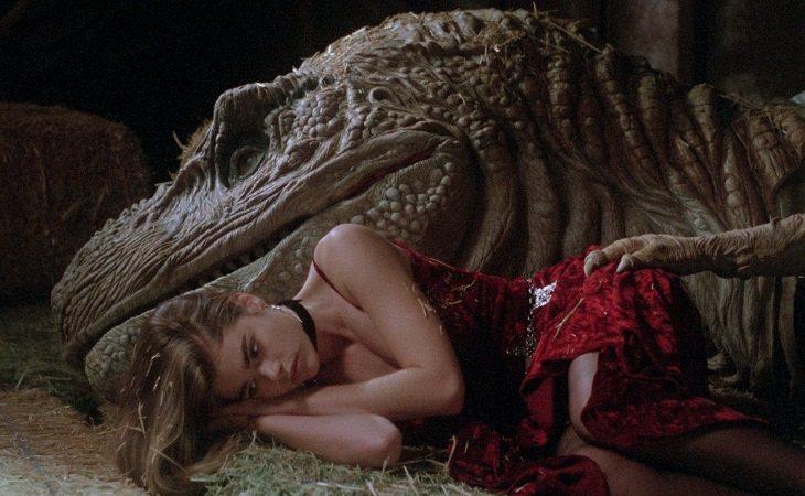 Denise Richards y su amado Tiranosaurio mecánico con cerebro humano
