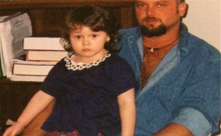 Rose, de niña, junto a su padre