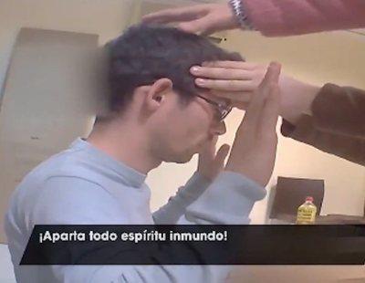 """Un reportero se somete a un exorcismo para """"curar"""" la homosexualidad: """"¡Apártate Satanás!"""""""