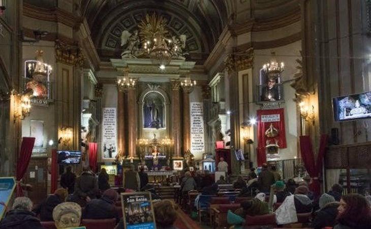 El Padre Ángel abre su iglesia durante 24 horas y proporciona comida y atención a los más desfavorecidos