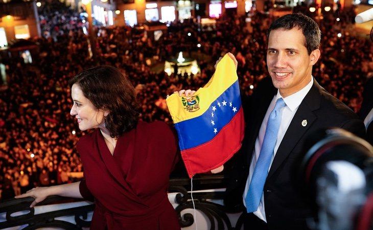 Ayuso programó un acto cargado de parafernalia para recibir a Guaidó en pleno escándalo por el 'Delcygate'