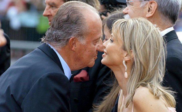 Don Juan Carlos y Corinna Larsen saludándose a la llegada de un acto