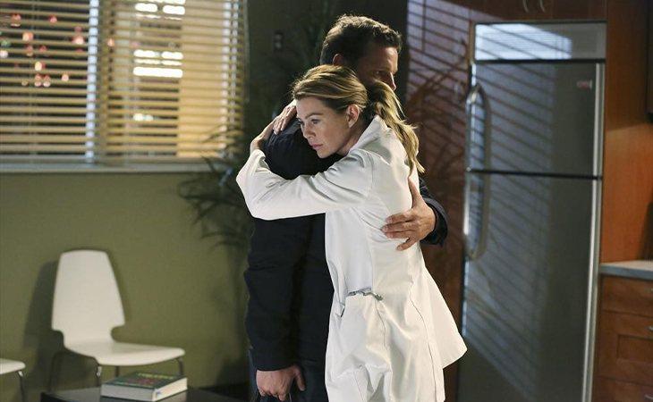 Alex y Meredith se abrazan en 'Anatomía de Grey'