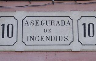 """El origen de las placas de """"Asegurada de Incendios"""" que todavía conservan muchos edificios"""