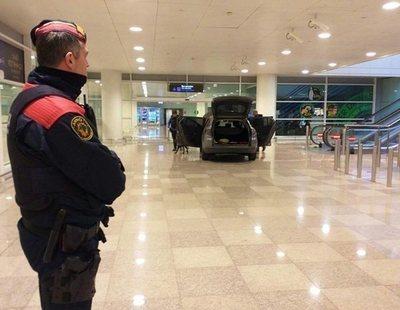 """Dos detenidos tras irrumpir en coche en el aeropuerto del Prat al grito de """"Alá es grande"""""""