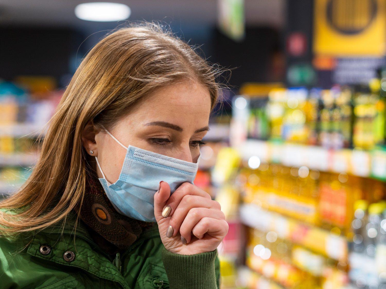 Una mujer tose intencionadamente sobre comida en un supermercado en EEUU para sembrar el pánico por el coronavirus