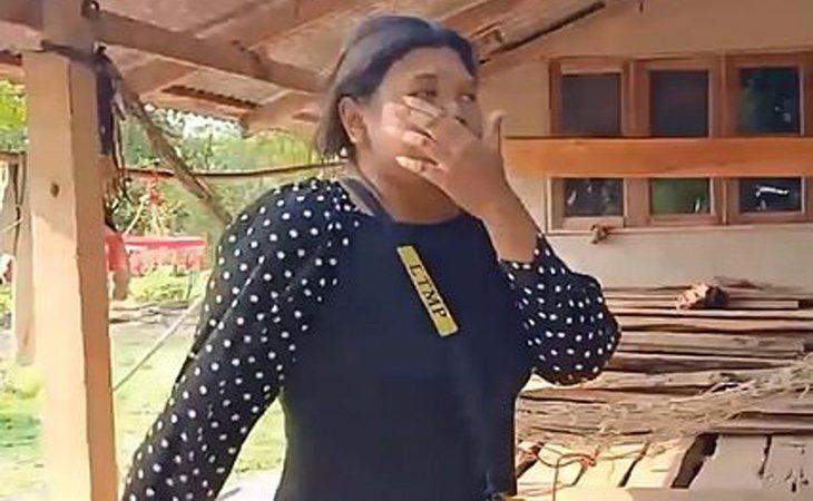 La joven fue trasladada a la escena del crimen y grabada por las autoridades