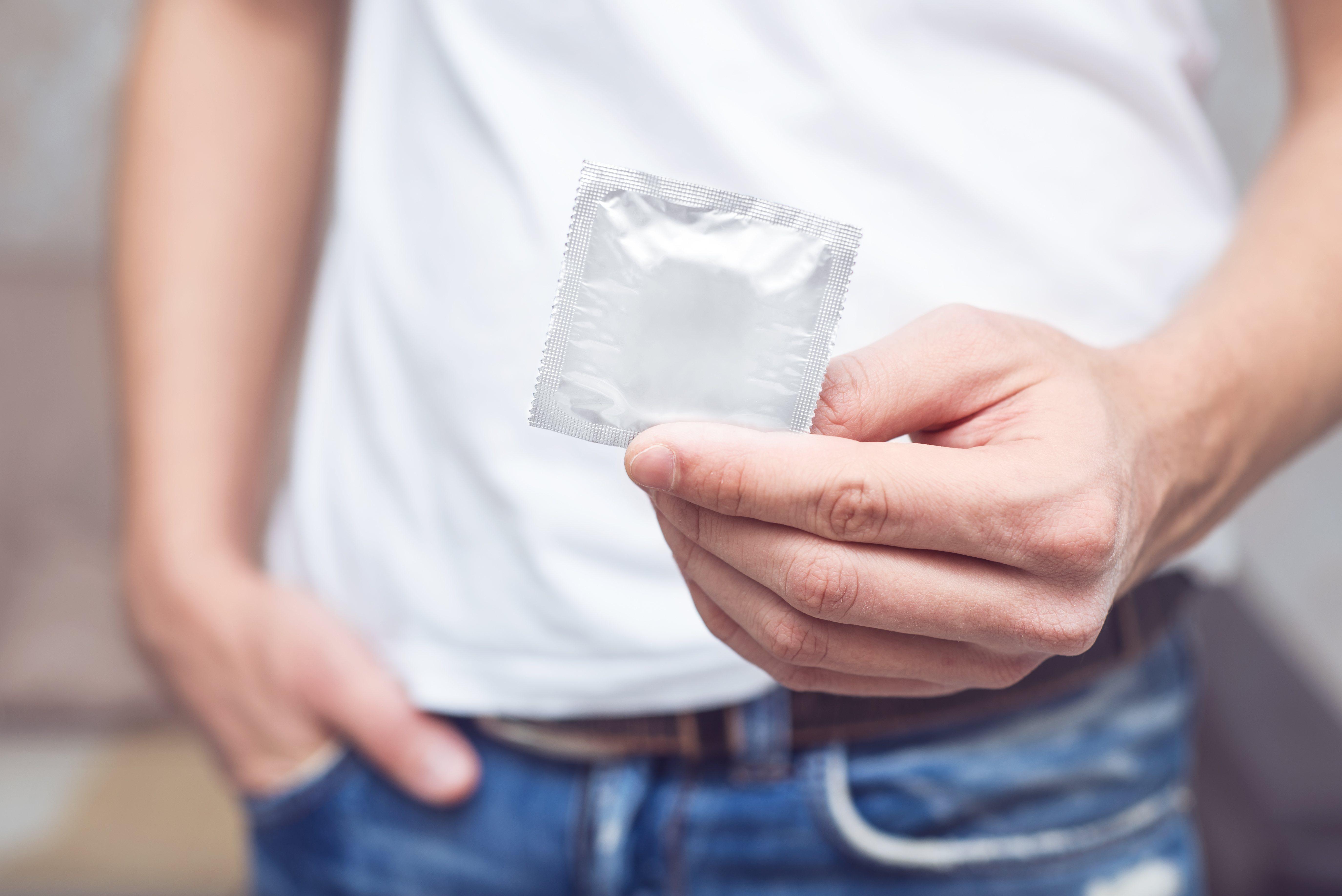El uso del preservativo puede reducir el contacto con la saliva y las heces