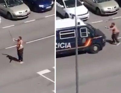 """Un fugado del hospital con coronavirus se enfrenta a la policía con catanas: """"Os voy a matar"""""""