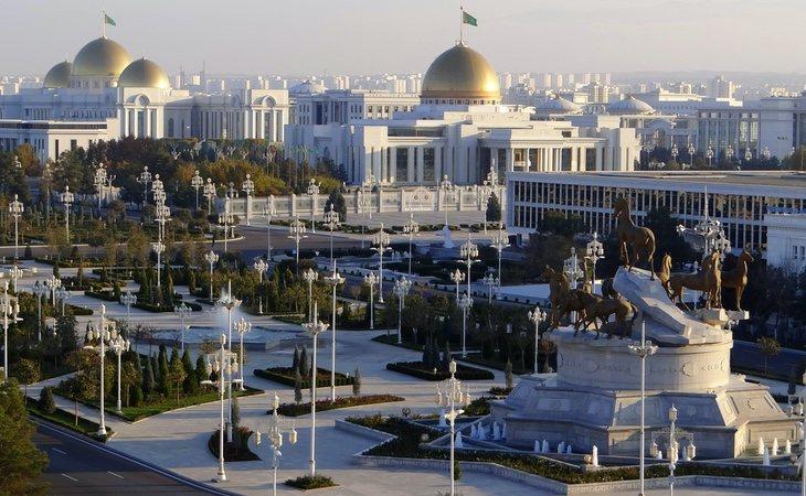 El presidente quiere construir su particular Dubái en mármol blanco mientras su población sufre pobreza