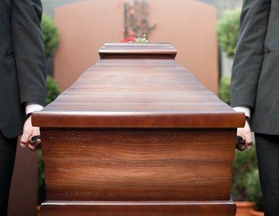 Los crematorios de Barcelona, colapsados: Colau propone enterrar y exhumar en dos años
