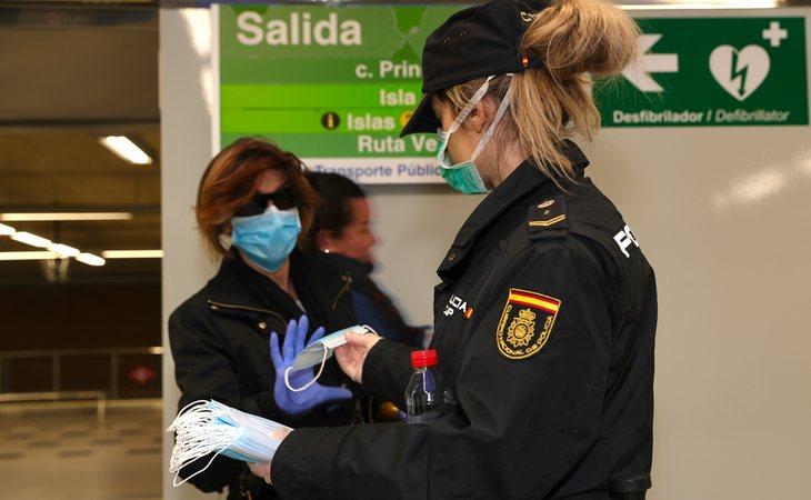 La Policía reparte mascarillas en el metro de Madrid