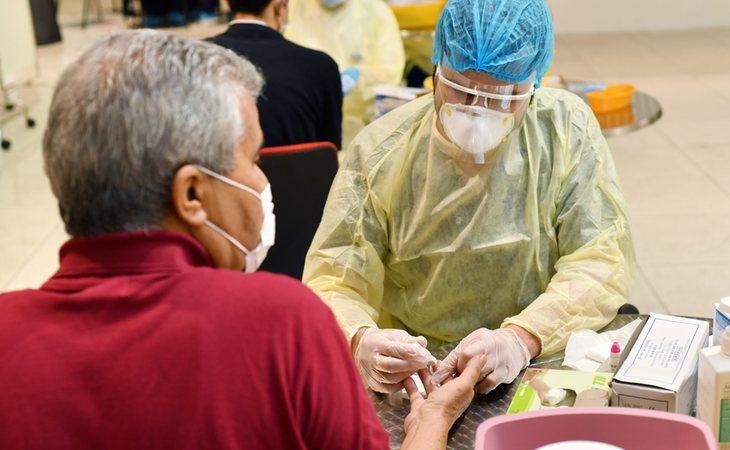 Un pasajero se realiza un test rápido de coronavirus antes de embarcar en el aeropuerto de Dubai