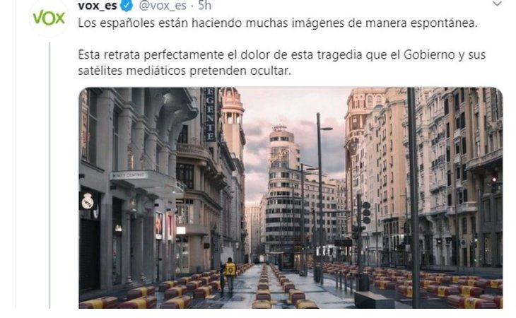 Montaje de VOX con féretros en la Gran Vía de Madrid