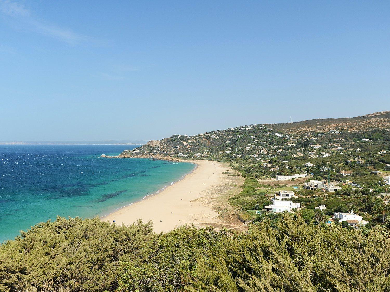 Denuncian atentado ecológico en Zahara de los Atunes por fumigar la playa con lejía para el paseo