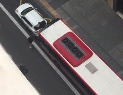 Un autobús embiste al coche de un conductor alterado que había aparcado en el carril bus