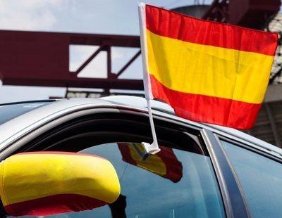 Multas por llevar la bandera de España en el coche: el bulo de la extrema derecha y Girauta