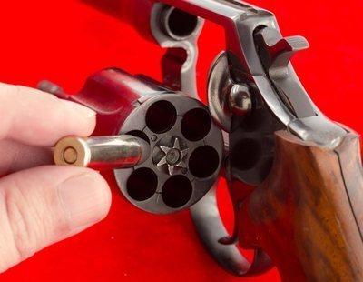 Un joven de 25 años, ingresado tras citarse para 'jugar' a la ruleta rusa con una pistola