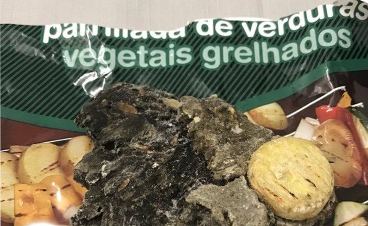 El contenido del paquete: una piedra de carbón de 132 gramos y una patata congelada incrustada