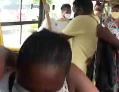 Propinan una brutal paliza a una mujer por estornudar sin mascarilla en un autobús