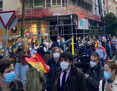 El esperpento de las aglomeraciones del barrio de Salamanca: protestando con palos de golf
