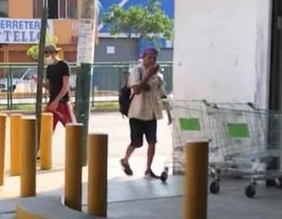 Graban a un hombre escupiéndose las manos y restregándolas en los carritos de un supermercado