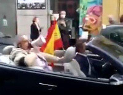 Protesta contra el Gobierno subido en su descapotable conducido por su chófer