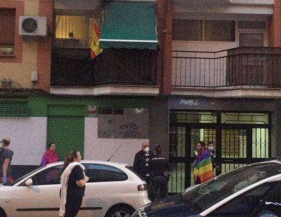 Los manifestantes de las cacerolas increpan a un joven por lucir la bandera LGTBI