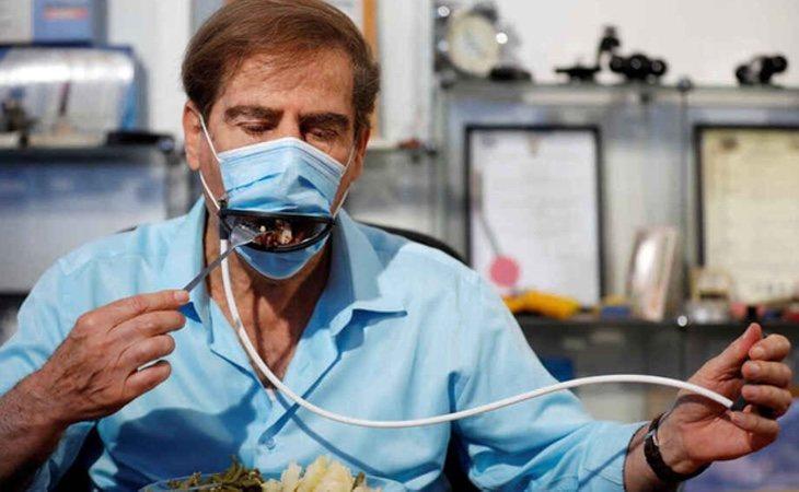 Las mascarillas cuentan con un dispositivo en forma de boca, que se abre mecánicamente para ingerir el alimento