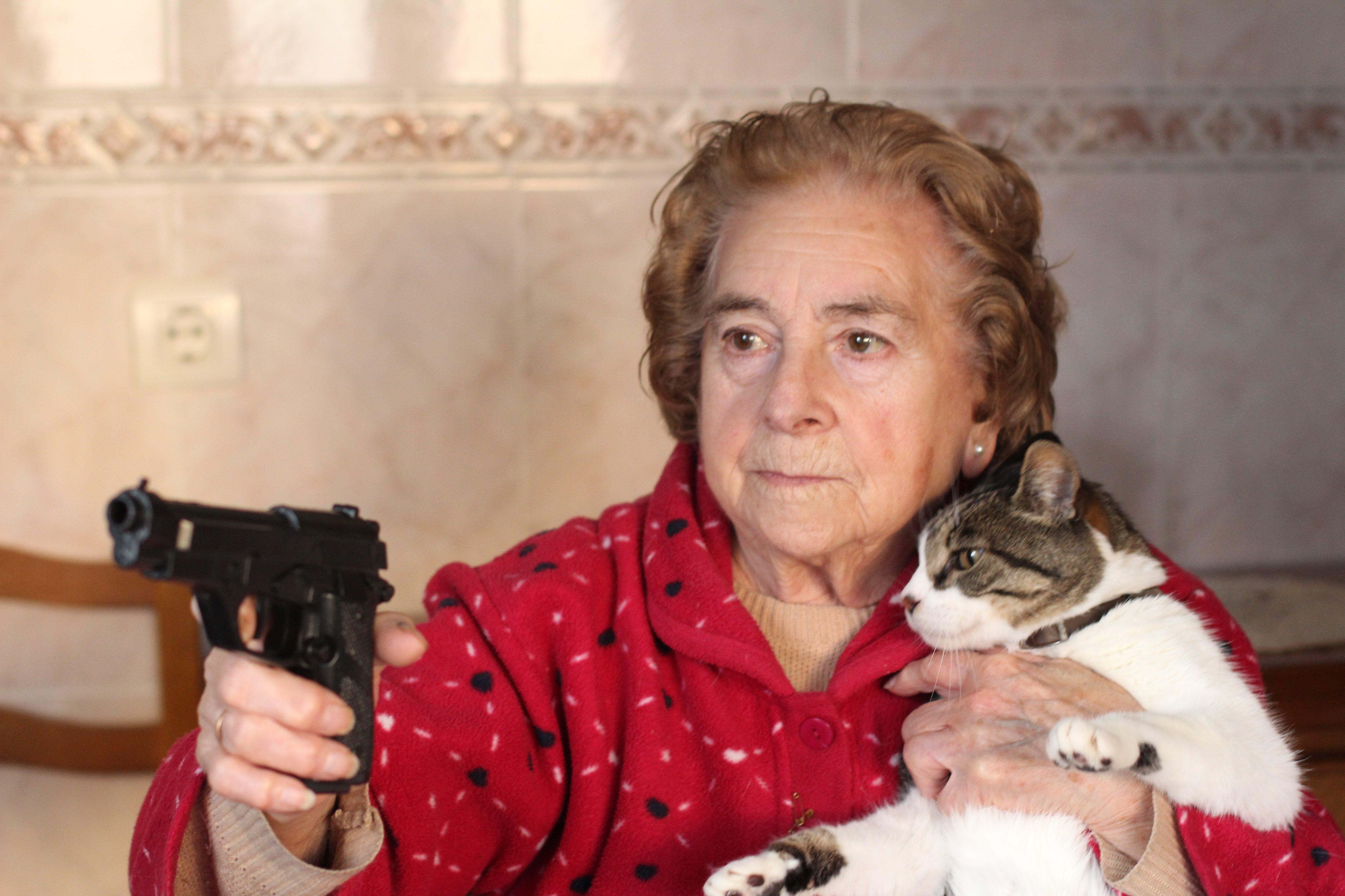 Mujer graciosa protegiendo a su gato