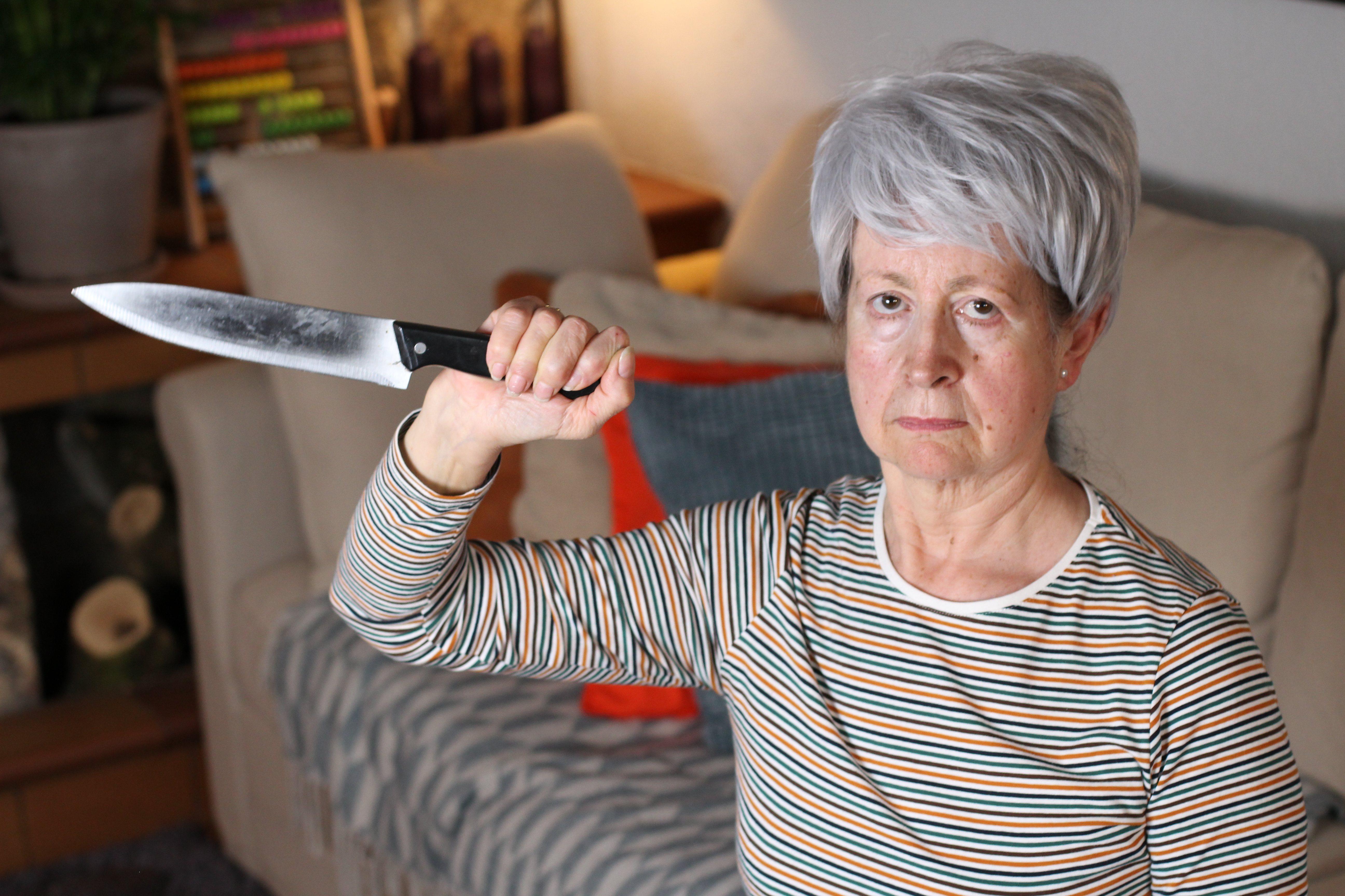 Anciana sujentando un cuchillo