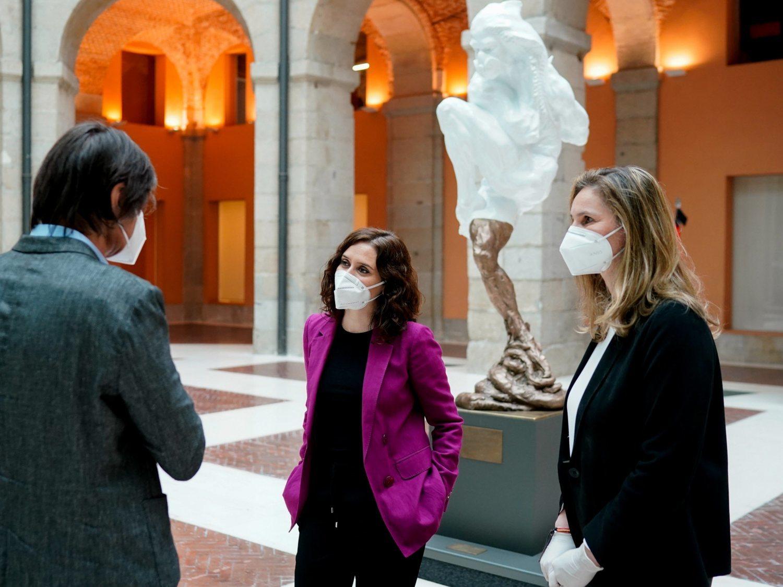 """""""Un fantasma cagando"""": Aluvión de críticas a la escultura de Ayuso en homenaje a las víctimas del coronavirus"""