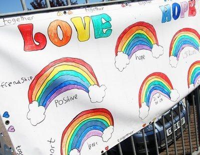 """Turquía prohíbe a los niños pintar arcoíris contra el coronavirus por considerarlo """"propaganda"""" LGTBI"""
