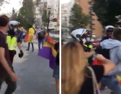 La policía golpea a un manifestante que portaba la bandera tricolor frente a la cacerolada en Murcia
