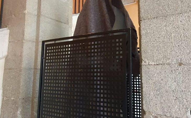 La escultura de homenaje a los 'Héroes de la COVID-19', oculta en la sede de la Comunidad de Madrid
