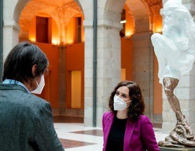 La polémica escultura de Ayuso en homenaje a las víctimas del coronavirus, tapada y escondida bajo una escalera